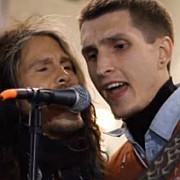video steven tyler solistul aerosmith a cantat cu un artist stradal in piata din moscova
