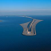 podul care intra in tunel sau tunelul care se urca pe pod si leaga danemarca de suedia