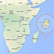 un nou fragment care ar apartine mh370 a fost gasit pe o plaja din mauritius