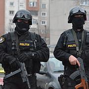 trupele speciale patruleza de sarbatori cu armele incarcate si la vedere