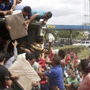 zeci de oameni au jefuit un camion cu faina in venezuela