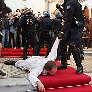 preoti de la o biserica din paris tarati afara de politisti