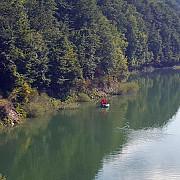 barbat disparut in apele lacului paltinu cautat de pompieri