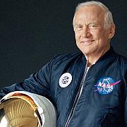 buzz aldrin al doilea om care a ajuns pe luna a fost evacuat de urgenta de la polul sud