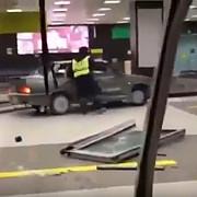 declaratie de dragoste insolita - un rus a declansat o alerta de securitate dupa ce a intrat cu automobilul in cladirea unui aeroport pentru a-si intampina iubita