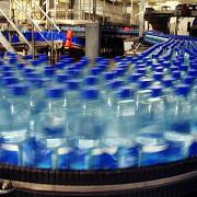 cat costa un litru de apa minerala la izvor pe raft e de aproape 40 de ori mai scumpa