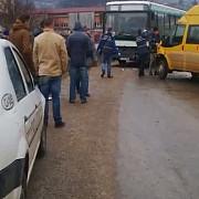 trei copii raniti dupa ce un microbuz scolar a lovit un autobuz