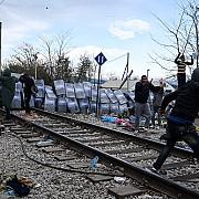 migrantii incearca sa rupa gardul la frontiera dintre grecia si macedonia