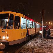 masina lovita de tramvai la ploiesti foto