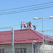 puscariasii fac legea detinutii de la penitenciarul bistrita s-au urcat pe acoperis si arunca cu sticle in gardieni