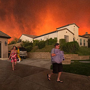 arde california zeci de mii de oameni fug din calea incendiilor devastatoare video