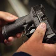 cowboy de bacau un imbecil de 21 de ani a tras cu pistolul in aer spre amuzamentul prietenilor