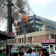 incendiu violent la fatada unei cladiri din bucuresti au fost constituite echipe de cautaresalvare