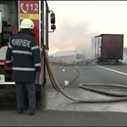 un tir incarcat cu 800 de butelii a luat foc la mihailesti circulatia e intrerupta pe e85 zona a fost evacuata