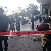 unul dintre teroristii de la tel aviv a nimerit in casa unui politist israelian si a ramas singur cu sotia acestuia