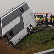 un autocar in care se aflau si copii s-a rasturnat intre brasov si fagaras patru morti si 14 raniti din care doi in stare grava