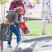 fost candidat pnl agreseaza o femeie in plina strada