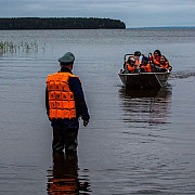 14 adolescenti are se aflau in tabara s-au inecat intr-un lac din rusia insotitorii s-au salvat pe ei si au fost arestati