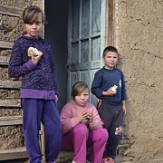 peste 200000 de copii din romania se culca flamanzi in fiecare seara