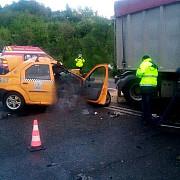accident grav la nistoresti un taxi a intrat sub un tir