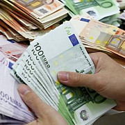 euro a atins pragul de 45 lei