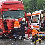 accident grav pe dn 17 un tir a intrat in plin intr-un microbuz oprit la semafor