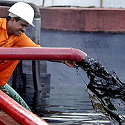 barilul de petrol brent a depasit pragul de 50 de dolari pentru prima data in 7 luni