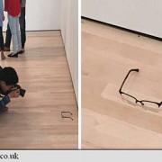 vizitatorii unui muzeu au crezut ca niste ochelari lasati pe podea sunt o opera de arta