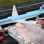 motorul unui avion korean air a luat foc inainte de decolare