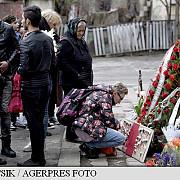martisoare cu snururi alb-rosii si alb-negre flori si lumanari la comemorarea a patru luni de la colectiv