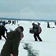 video panica pe un lac inghetat din rusia gheata a crapat pe zeci de metri