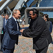 vladimir putin i-a acordat cetatenia rusa lui steven seagal