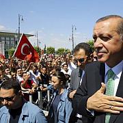 un tribunal din istanbul a plasat in detentie noua ziaristi de opozitie de la cumhuriyet