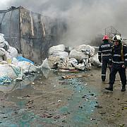 ilfov incendiu la o hala de pe soseaua stefanesti cu risc de extindere la o alta hala patru persoane sunt ranite