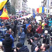 tinerii moldoveni protesteaza fata de modul in care au fost organizate alegerile