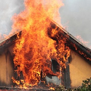 incendiu puternic in ploiesti trei locuinte au luat foc