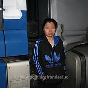 dolj filipineza ascunsa in cabina unui tir condus de sotul ei descoperita cand voia sa intre ilegal in tara