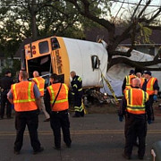 un autobuz plin cu copii s-a rasturnat si s-a lovit de un copac sunt cel putin sase morti si peste 20 de raniti