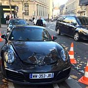genistii francezi au detonat o masina porsche carrera s de 150000 de euro parcata neregulamentar in centrul parisului