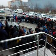 sute de oameni stau la coada la directia permise de conducere