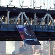 propaganda rusa functioneaza un imens banner cu putin a fost agatat de podul manhattan