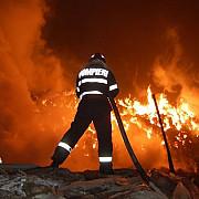 incendiu de proportii la filipestii de targ o casa si doua masini au fost mistuite de flacari