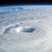 uraganul nicole de gradul 4 se indreapta catre bermuda cu rafale de vant de 215 kmh
