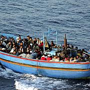 barbati inarmati au atacat o barca cu imigranti patru morti cel putin 15 disparuti