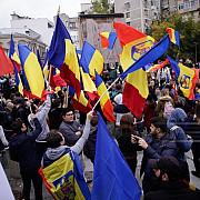 cinci persoane care participau la manifestatia din piata victoriei ridicate de jandarmi si duse la politie