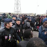 aproximativ 2000 de migranti din tabara de la calais nu vor sa plece