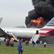 sapte pasageri si un insotitor de bord usor raniti la chicago dupa ce un avion ia foc pe pista aeroportului ohare