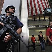 trei politisti newyorkezi au fost raniti de un barbat inarmat cu un satar in manhattan