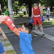 boxerii lui titi tudor se antreneaza in strada primul antrenament astazi in centrul ploiestiului