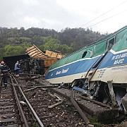 circulatia feroviara in valea jiului intre banita si merisor ramane inchisa pentru a treia zi consecutiv doua trenuri-macara ridica vagoanele rasturnate